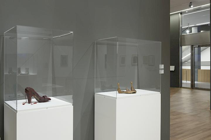 Birgit Jürgenssen, Zungenleckschuh / Lick-Tongue Shoe (1974). Installation view